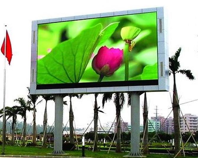 яркий рекламный экран