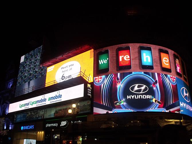 яркая светодиодная реклама на панелях