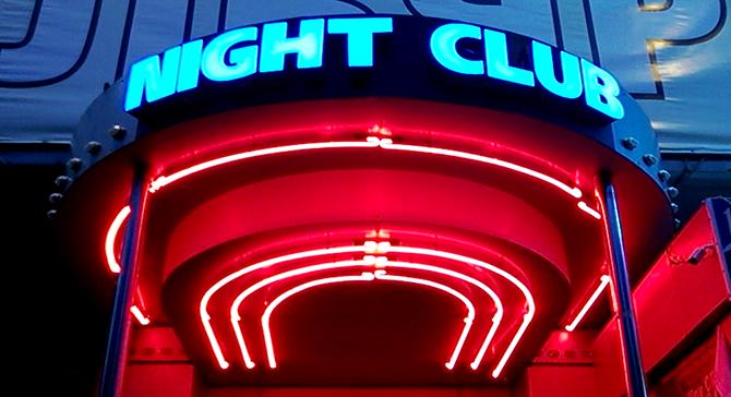 медиавывеска в ночном клубе